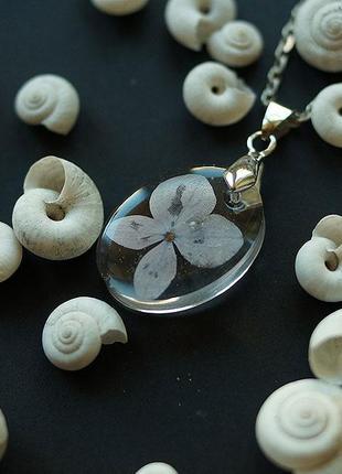 Миниатюрный овальный кулончик с цветком гортензии