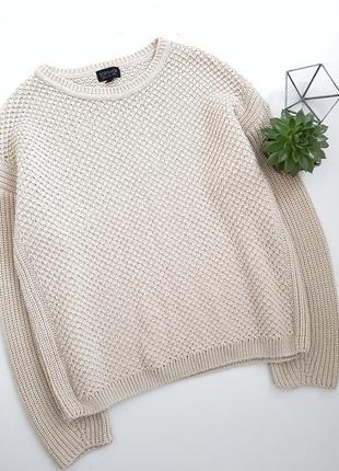 Стильный вязаный песочный свитер