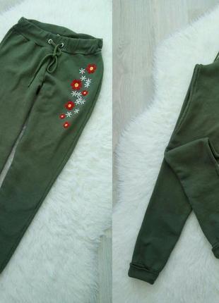 Красивые утепленные спортивные штаны messy bun just chilin с вышивкой