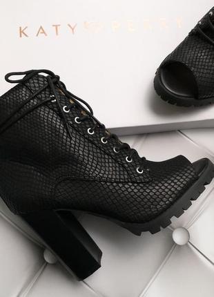 Katy perry оригинал черные ботильоны на шнуровке с открытым носком бренд из сша3