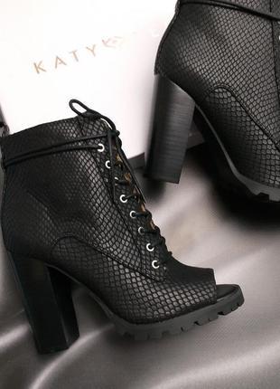 Katy perry оригинал черные ботильоны на шнуровке с открытым носком бренд из сша2