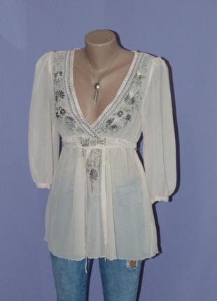 Бежевая блузочка с вышитым рисунком
