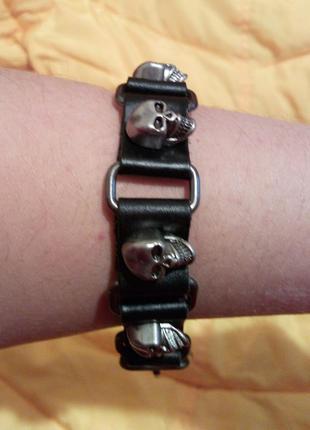Крутой кожаный браслет с черепами!)
