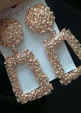 Стильные серьги золотого цвета. новые