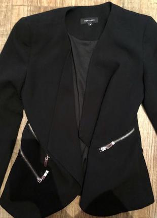 Стильный короткий пиджак с замочками