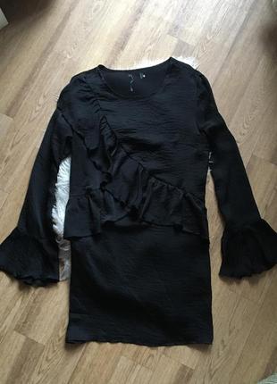 Стильное сатиновое платье с воланами3