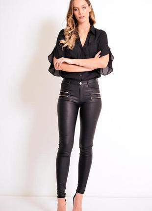 Трендовые черные джинсы denim co с напылением под кожу1