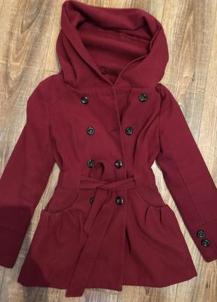 Красное двубортное пальто под пояс с капюшоном1