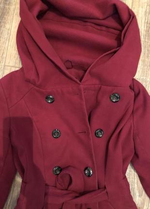 Красное двубортное пальто под пояс с капюшоном2