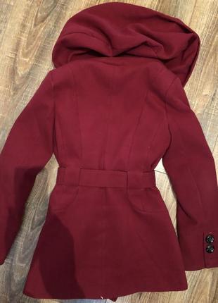 Красное двубортное пальто под пояс с капюшоном3