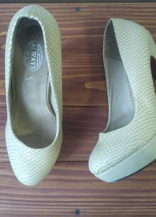 Очень красивые лаковые туфли, с красной подошвой