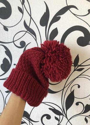 Теплая вьязанная шапка малинового цвета