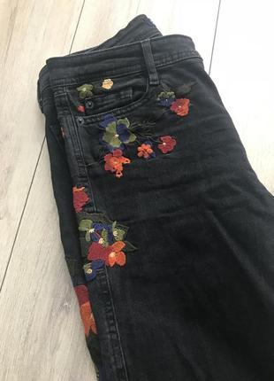 Джинсы zara 34 размер с вышивкой чёрные в идеале1