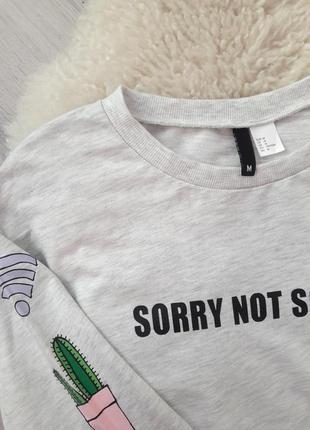 Серый базовый свитшот  джемпер h&m в принт с наклейками2