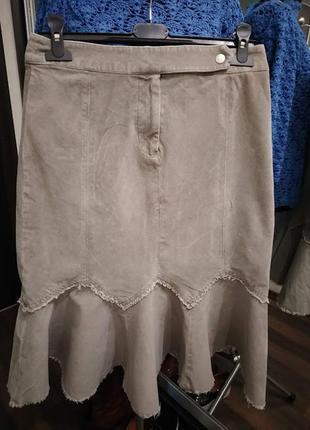 Бежевая юбка с воланом фасона миди из бархатистого микровельвета2