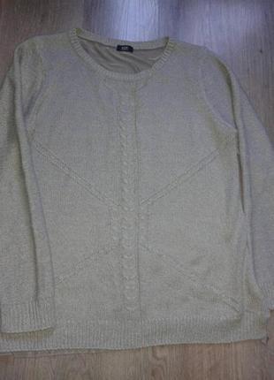 Красивенный свитер с необычной спинкой.