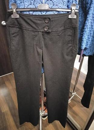 Строгие брюки средней плотности в полосатый принт