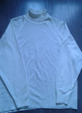 Нежный тонкий свитер молочного цвета.1