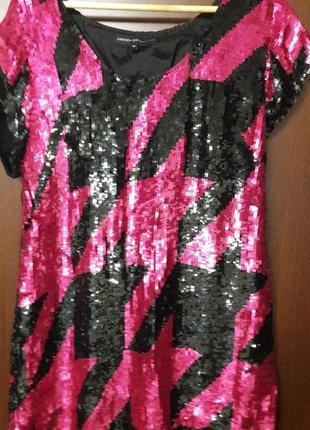 Яркое платье в паетках.