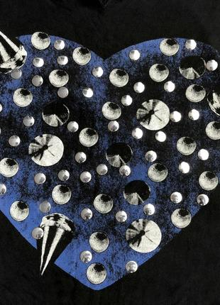 Черная трикотажная футболка блузка блуза с принтом синее сердце с металлическими шипами2