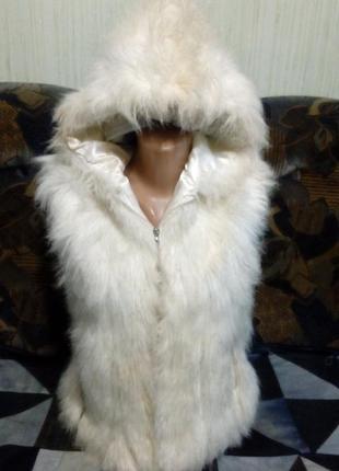 Жилетка с капюшоном, из мягкого искусственного меха. белого цвета. размер укр.42-461
