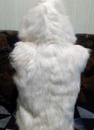 Жилетка с капюшоном, из мягкого искусственного меха. белого цвета. размер укр.42-462