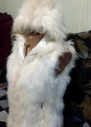 Жилетка с капюшоном, из мягкого искусственного меха. белого цвета. размер укр.42-463
