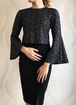 Укороченная кофта топ свитер с расклешенным рукавом черно-белый принт