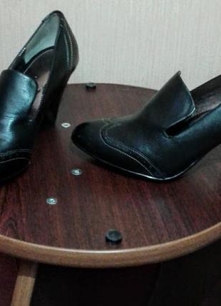 Классические туфли на среднем каблуке