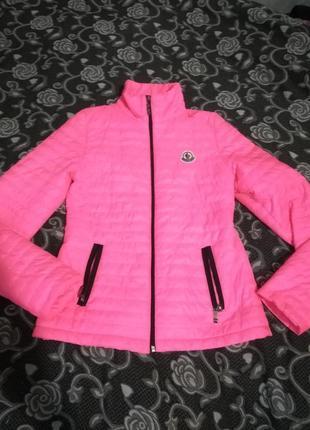 Яркая качественая куртка moncler р с наш 42-443
