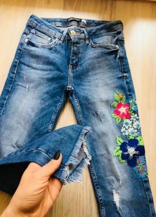 Скинни джинсы zara с вышивкой.