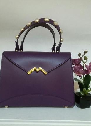 Яркая, элегантная сумочка с двойной ручкой, украшена жемчужинами