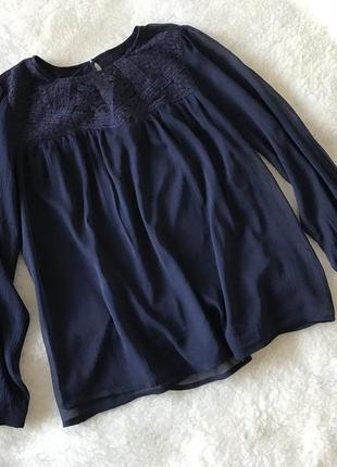 Красивая темно-синяя шифоновая блуза с кружевом h&m