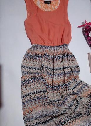 Нежное платье с удлинённой спинкой.