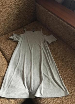 Серое платье в рубчик с открытыми плечами1