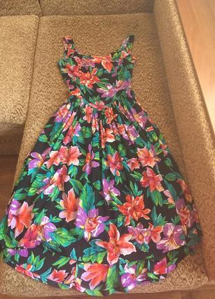 Яркое цветочное платье с интересной спинкой1