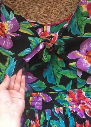 Яркое цветочное платье с интересной спинкой2