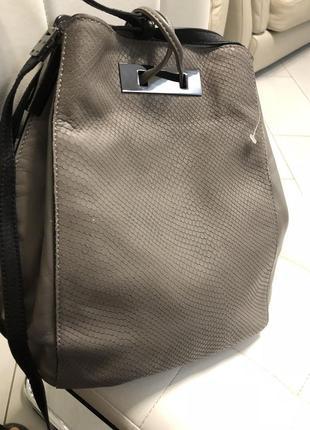Стильная кожаная сумка серого цвета