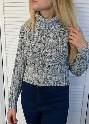 Актуальный укороченный вязаный свитер с объёмным горлом