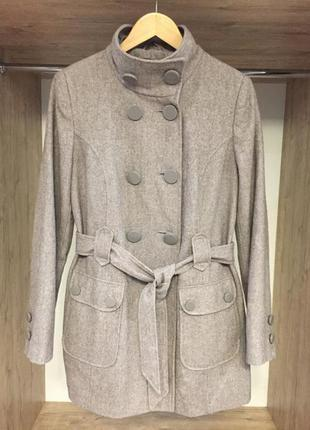 Серое базовое пальто на поясе с карманами классическое