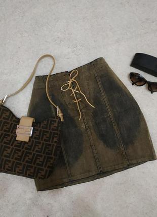 Крутая джинсовая юбка протертость со шнуровкой хаки цвета
