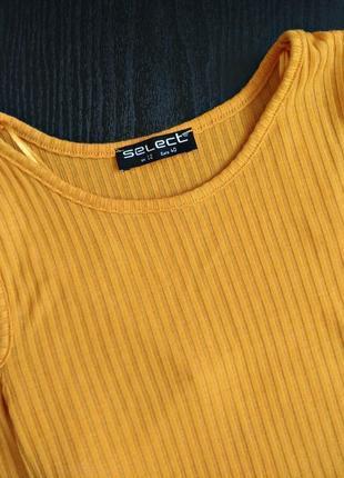 Кофточка актуального горчичного цвета в рубчик с открытыми плечами2