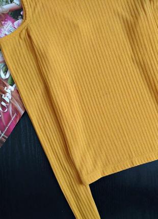 Кофточка актуального горчичного цвета в рубчик с открытыми плечами3