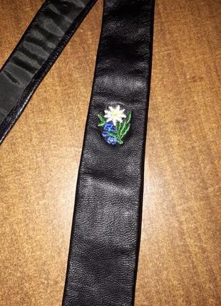 Эксклюзивный кожаный галстук с вышитым цветок очень тоненкий и мягкий германия
