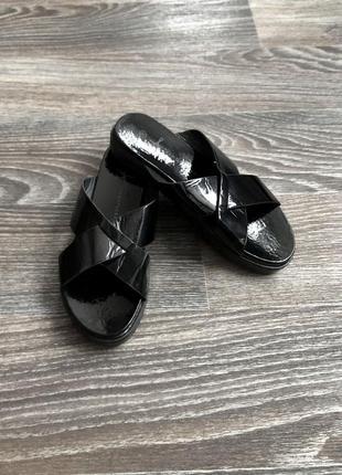 Новые черные лаковые босоножки шлепанцы шлепки вьетнамки на платформе от atmosphere