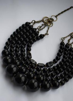 Ожерелье из крупных бусин.