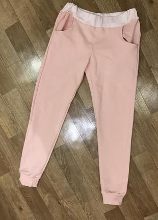 Розовые спортивные штаны с манжетами