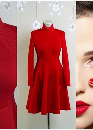 Красное дизайнерское платье с кружевным воротником-стойкой