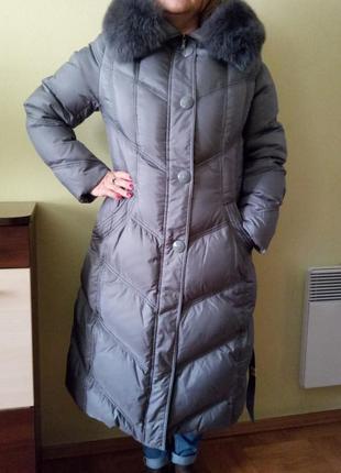 Теплое пуховое пальто с песцовым мехом вокруг капюшона