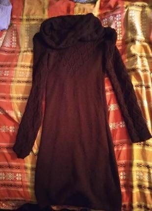 Теплое платья с ажурными рукавами и горловиной